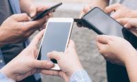 Σχεδόν ένας στους τέσσερις νέους είναι εξαρτημένος από το κινητό...