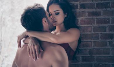 Οι γυναίκες που κάνουν λιγότερο σεξ, έχουν πιο πρόωρα εμμηνόπαυση