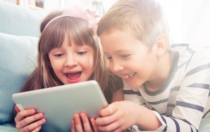 Λιγότερες οθόνες και περισσότερο παιγνίδι για μικρά παιδιά, συστήνει ο ΠΟΥ