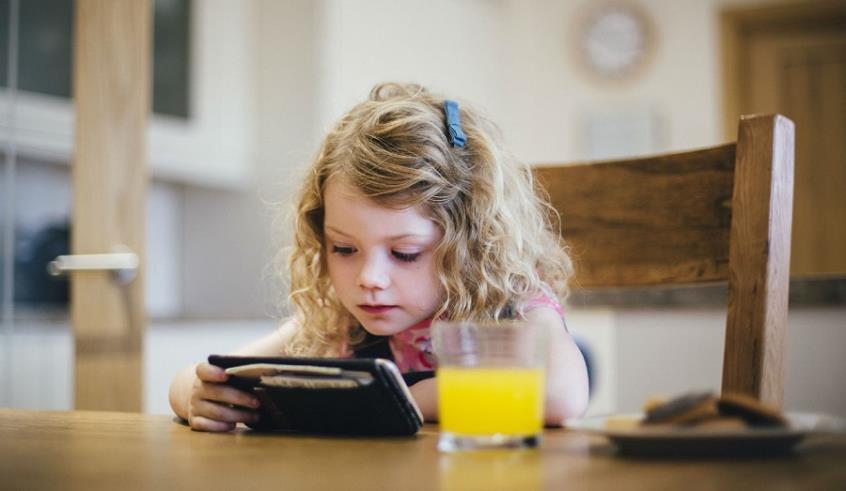 Οι πολλές ώρες μπροστά από οθόνες καθυστερούν την ανάπτυξη των μικρών παιδιών