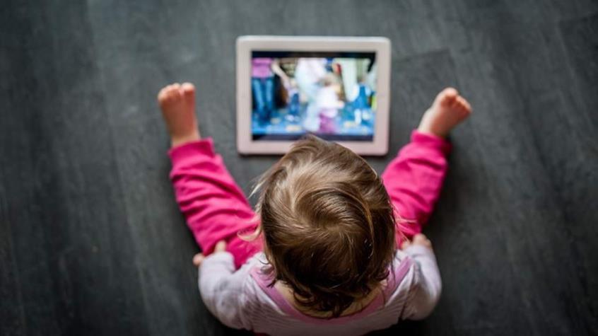 Τα παιδιά που περνάνε πολλές ώρες μπροστά σε οθόνες γίνονται πιο αδρανή σωματικά