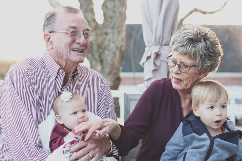 Είσαι υποχωρητικός ώς παππούς ή γιαγιά με το εγγόνι σου;